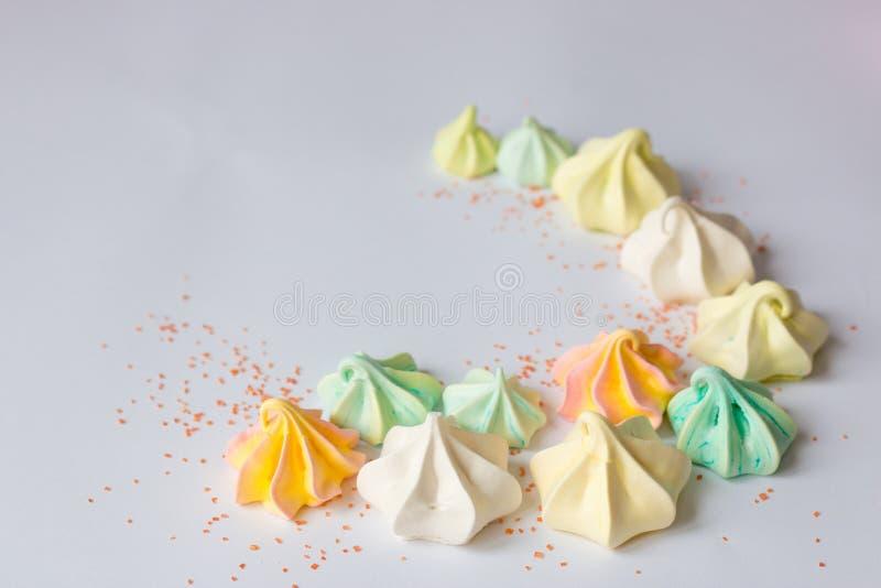 Bunte Meringe farbige viele Meringen unterschiedlicher Bonbon stockfotos