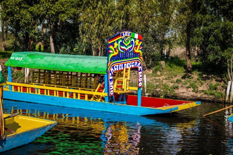 Bunte mexikanische Boote an sich hin- und herbewegenden Gärten Xochimilcos - Mexiko City, Mexiko stockfoto