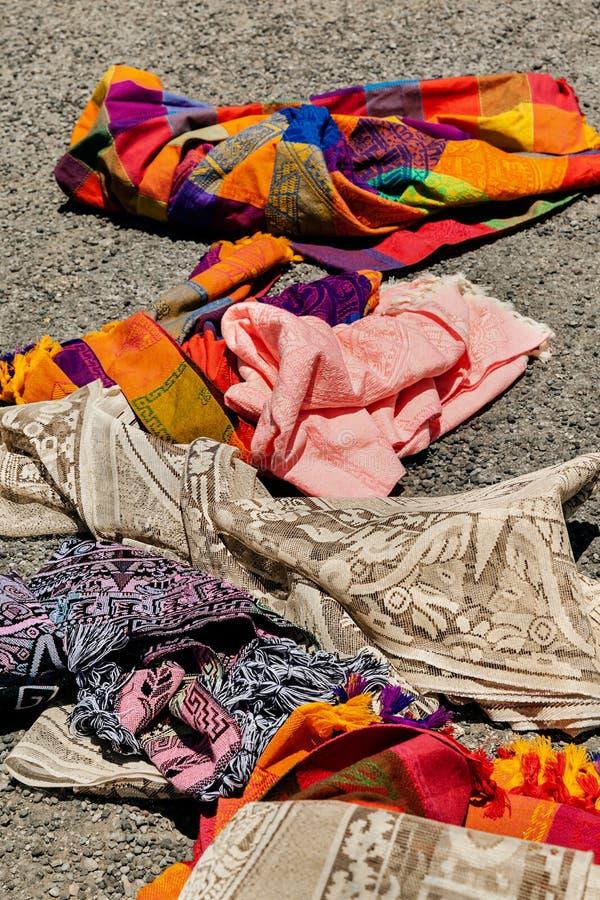 Bunte mexikanische Decken für Verkauf am Markt in Mexiko, Reisehintergrund stockbild