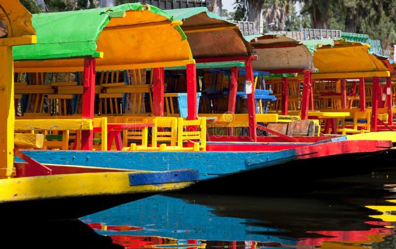 Bunte mexikanische Gondeln an sich hin- und herbewegenden Gärten Xochimilco lizenzfreie stockfotos
