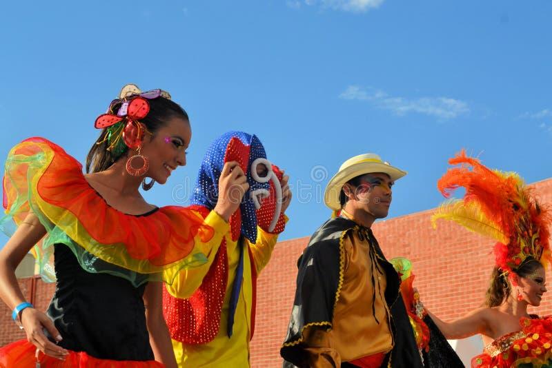 Bunte mexikanische Tanzgruppe am Festival kulturell lizenzfreie stockfotografie