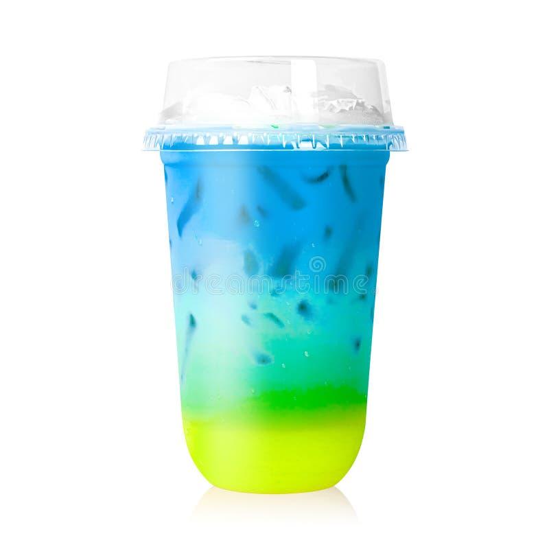Bunte Milch im Plastikglas lokalisiert auf weißem Hintergrund Regenbogenfarben des Milchglases ?ber Wei? stockfotografie
