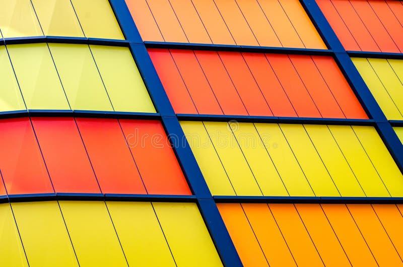 Bunte moderne Gebäudeplatte mit Metallrahmen lizenzfreie stockfotos