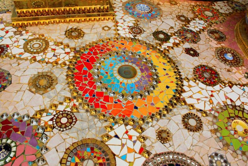 Bunte Mosaikmandalen auf dem Boden des Tempels, bei Pha Sorn Kaew, in Khao Kor, Phetchabun, Thailand stockbild