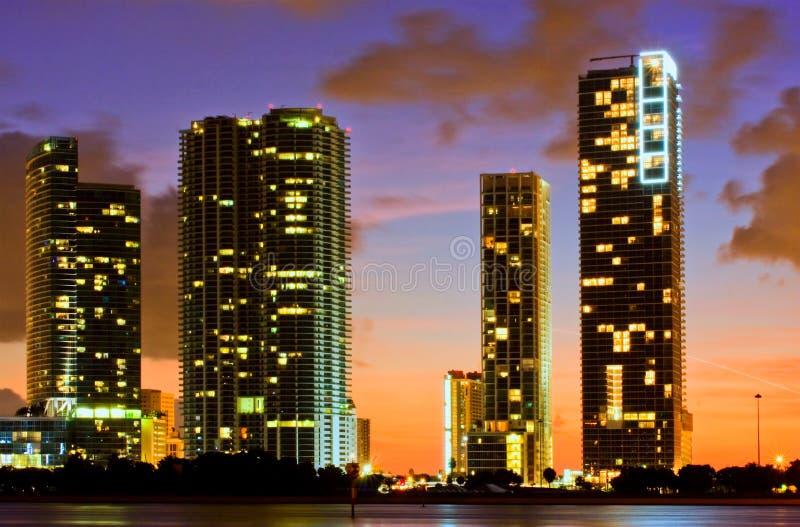 Bunte Nachtansicht der Stadt von Miami Florida stockfotos