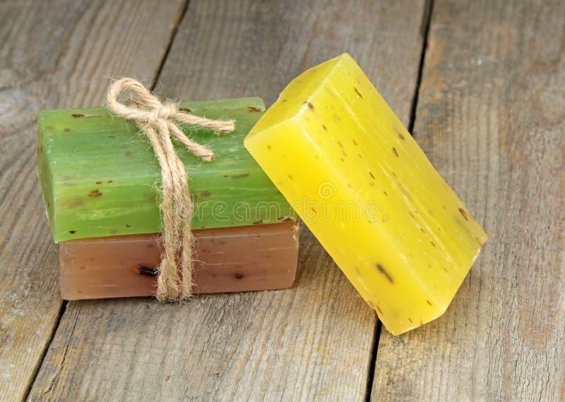 Bunte natürliche Kräuterseifen auf altem Holz lizenzfreies stockbild