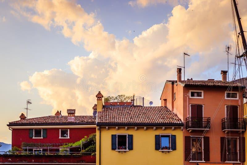 Bunte nette italienische Häuser am Abend stockfotos