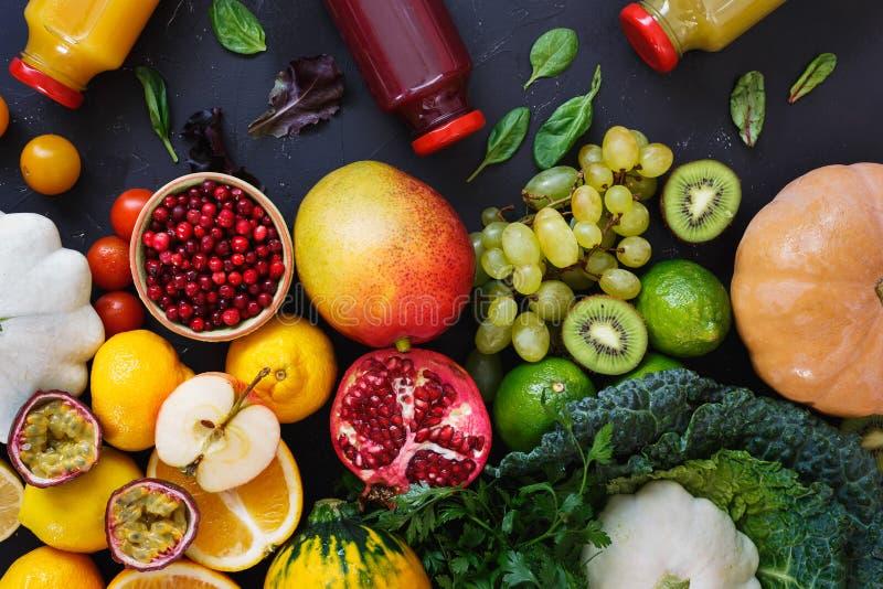 Bunte organische rohe Früchte, Gemüse und Smoothies in den Flaschen lizenzfreies stockbild