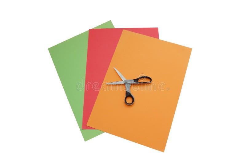Bunte Papiere mit Scheren stockfotografie