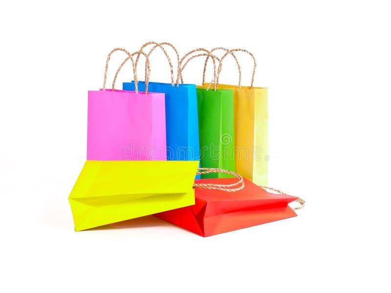 Bunte Papiereinkaufstaschen auf weißem Hintergrund für Gebrauch wir Einkaufskonzept stockfotografie