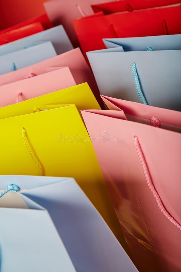 Bunte Papiereinkaufstaschen schließen oben stockbild