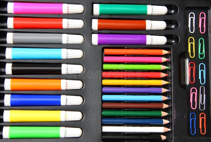 Bunte Papierklammern, Bleistifte und hilighters stockfotos