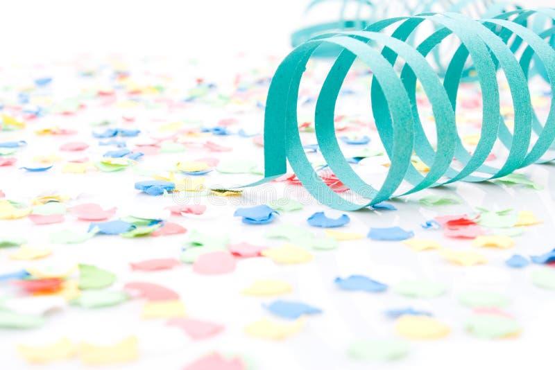 Bunte Partypapier Farbbänder und Confetti lizenzfreies stockbild