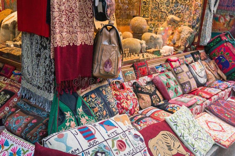 Bunte pashmina Schale und Handtaschen Lokale Kunst und Handwerk w stockbild
