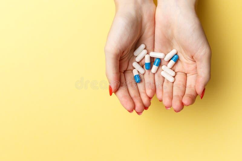 Bunte Pillen und Tabletten in den Frauenhänden lizenzfreie stockfotografie