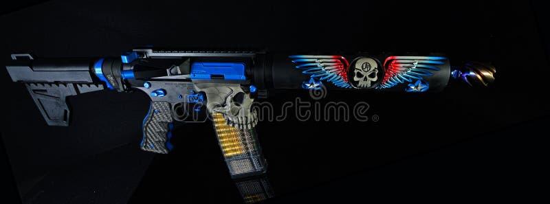 Bunte Pistole der Gewohnheit AR15 lokalisiert auf schwarzem HDR lizenzfreie stockbilder