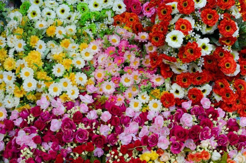 Download Bunte Plastikblumen stockfoto. Bild von blüte, beschaffenheit - 27733602