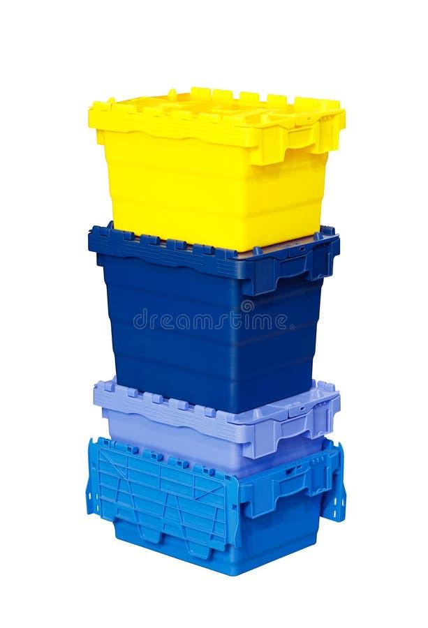 Bunte Plastikkastenbehälter lokalisiert auf einem weißen Hintergrund Speicherkonzept, Logistikkonzept stockfotografie