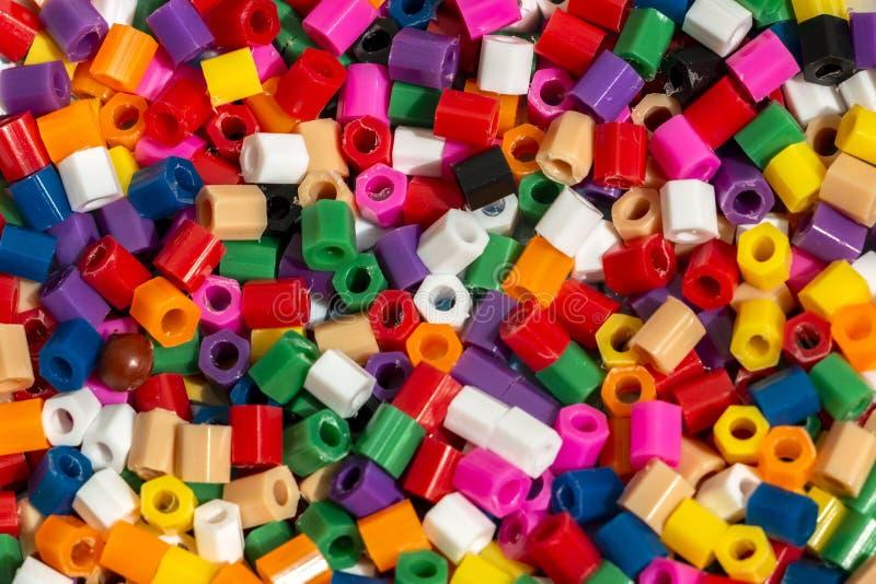 Bunte Plastikperlen masern für abstrakten Hintergrund lizenzfreies stockfoto