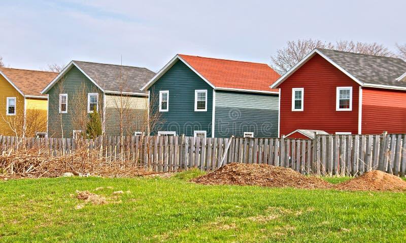 Bunte plattierte Häuser in der Landschaft lizenzfreie stockfotografie