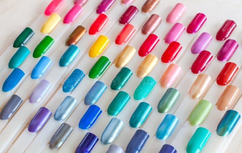 Bunte Proben des Nagellacks in den Regenbogenfarben Stellen Sie von den k?nstlichen N?geln ein Beschneidungspfad eingeschlossen lizenzfreie stockfotos