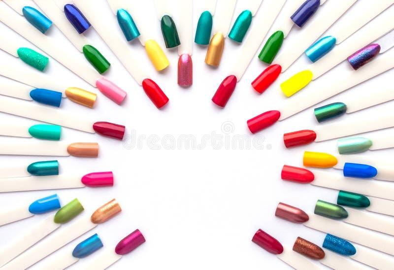 Bunte Proben des Nagellacks in den Regenbogenfarben Stellen Sie von den k?nstlichen N?geln ein Draufsicht, Kopienraum f?r Text lizenzfreie stockfotografie