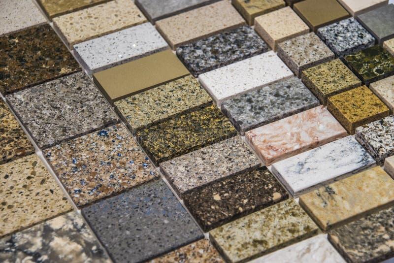 Bunte Quarz-, Marmor- und Granitküche Countertops stockfoto