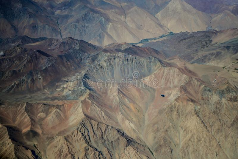 Bunte Regenbogenberge in Peru mit Märchenansichten stockbild