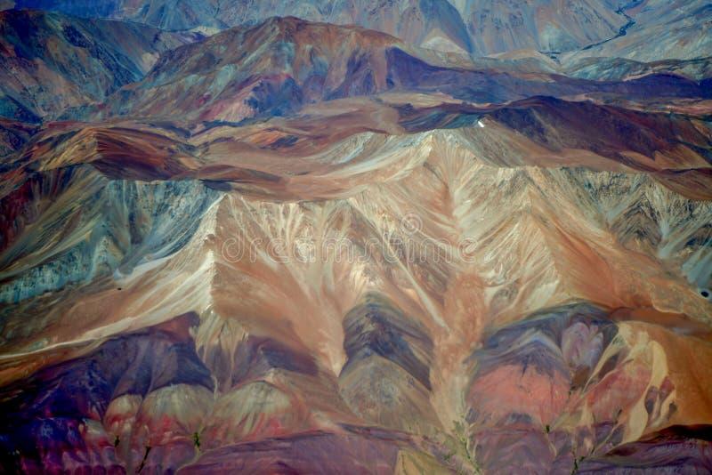 Bunte Regenbogenberge in Peru mit Märchenansichten lizenzfreies stockfoto