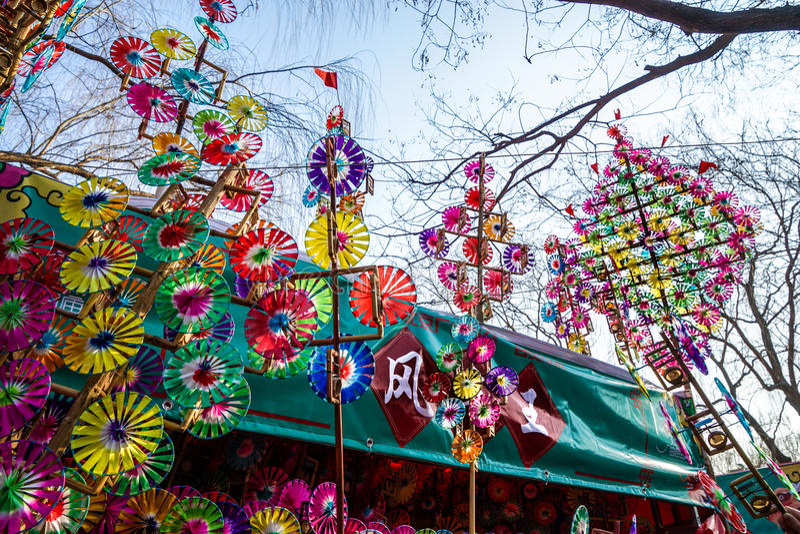 Bunte Regenbogenspielzeugfeuerräder auf dem Frühlingsfest-Tempel angemessen, während des Chinesischen Neujahrsfests lizenzfreies stockfoto