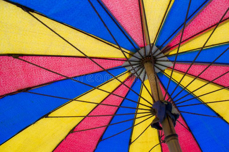 Bunte Regenschirme in den Ferien lizenzfreie stockbilder