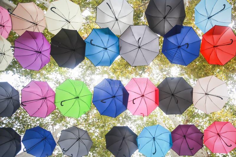 Bunte Regenschirme, die in einer Luft schwimmen lizenzfreies stockbild