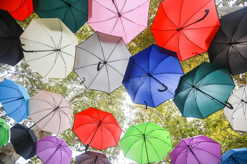 Bunte Regenschirme, die in einer Luft schwimmen lizenzfreie stockbilder