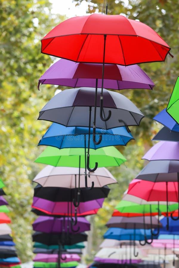 Bunte Regenschirme, die in einer Luft schwimmen stockfoto