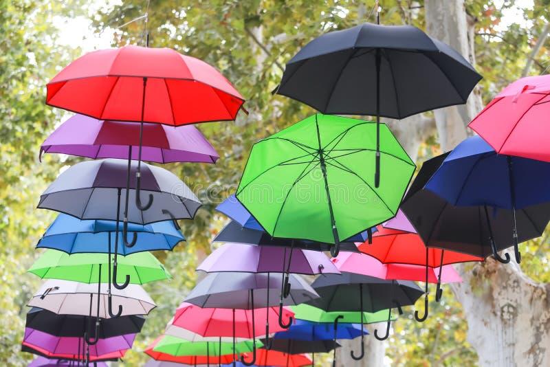 Bunte Regenschirme, die in einer Luft schwimmen stockbilder