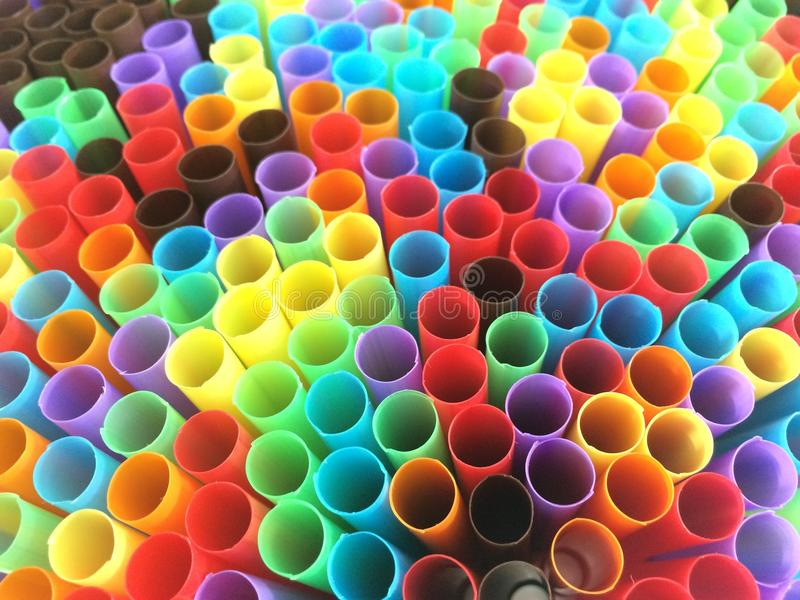 Bunte Rohre in der Regenbogenform stockbild