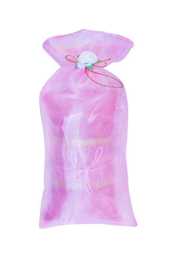 Bunte rosa Gewebegeschenktasche mit den Blumen lokalisiert auf weißem Hintergrund mit Beschneidungspfad lizenzfreies stockbild