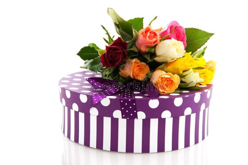 Bunte Rosen und Geburtstaggeschenk stockbild