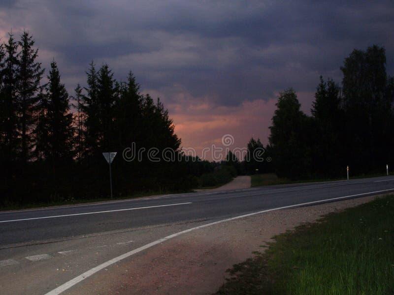 Bunte runde Sturmwolke über der Straße stockfotos