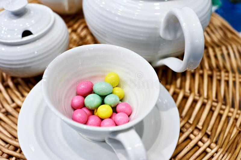 Bunte süße Geleebonbons im Porzellan überfallen auf Tabelle lizenzfreie stockbilder