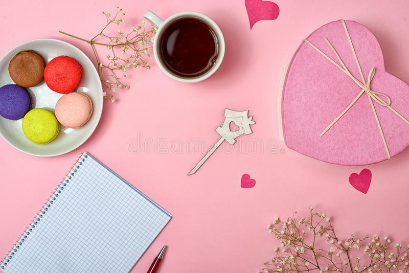 Bunte süße Makronen und eine Tasse Tee Köstliches breakfastSheet des Papiers für romantische Geschichten lizenzfreies stockbild