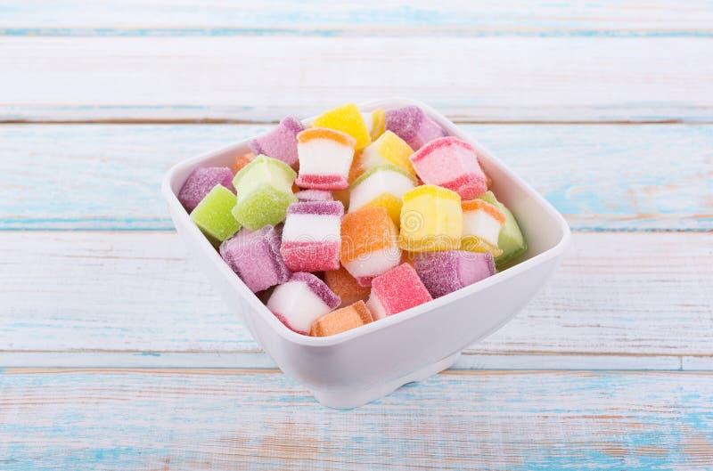 Bunte Süßigkeit und Gelee süß auf hölzernem stockfotografie