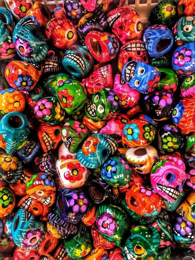 Bunte Süßigkeits-Schädel für Tag der Toten in Mexiko stockfotografie
