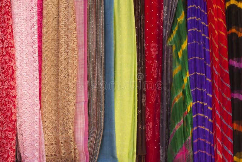 Bunte Schals an einem Markt stockfoto