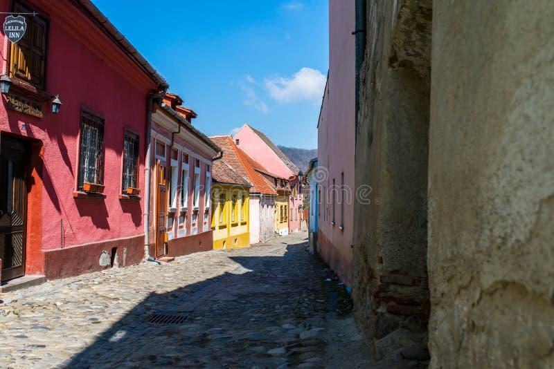 Bunte schmale mittelalterliche Straße an einem hellen Frühlingstag stockbild