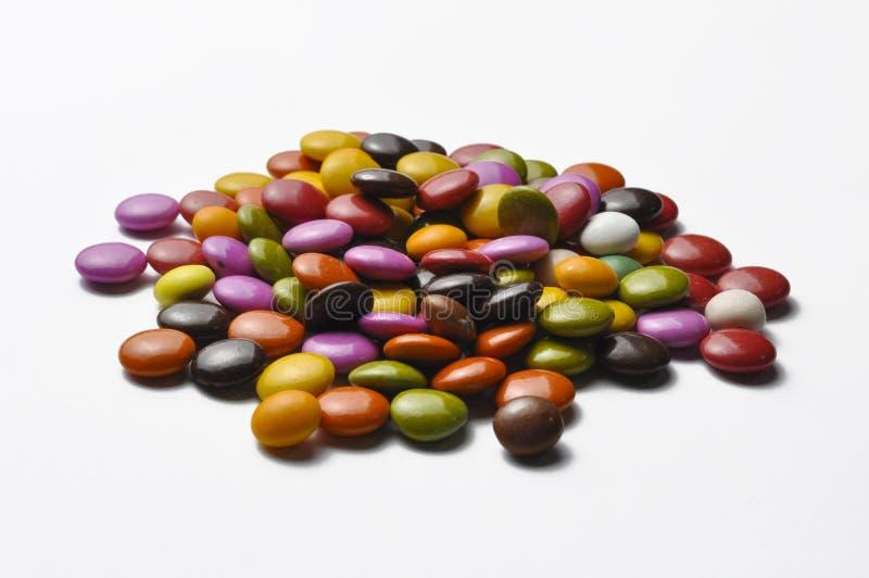 Bunte Schokoladenbälle lokalisiert auf weißem Hintergrund Bunte S??igkeiten stockfotografie