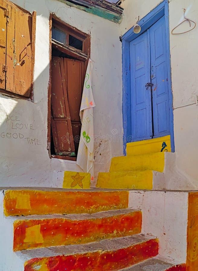 Bunte Schritte und Tür auf Dorfhaus stockbilder
