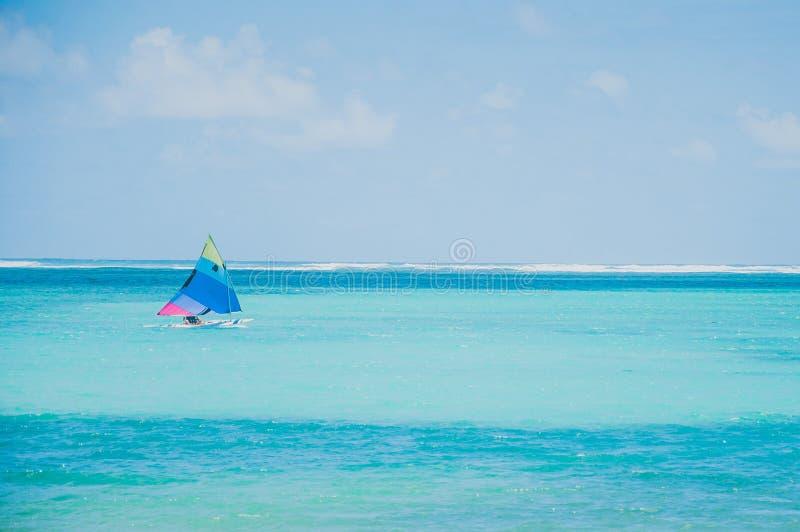 Bunte Segelboote auf karibischem Meer lizenzfreies stockfoto