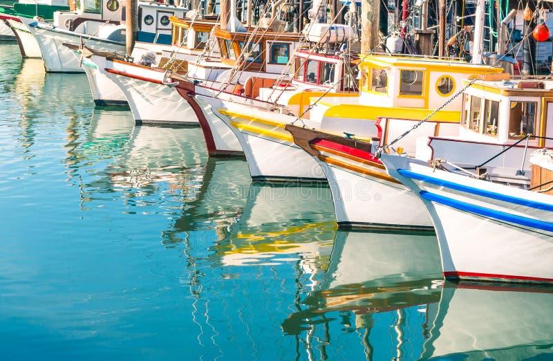 Bunte Segelboote an Fishermans-Kai von San Francisco Bay lizenzfreie stockbilder