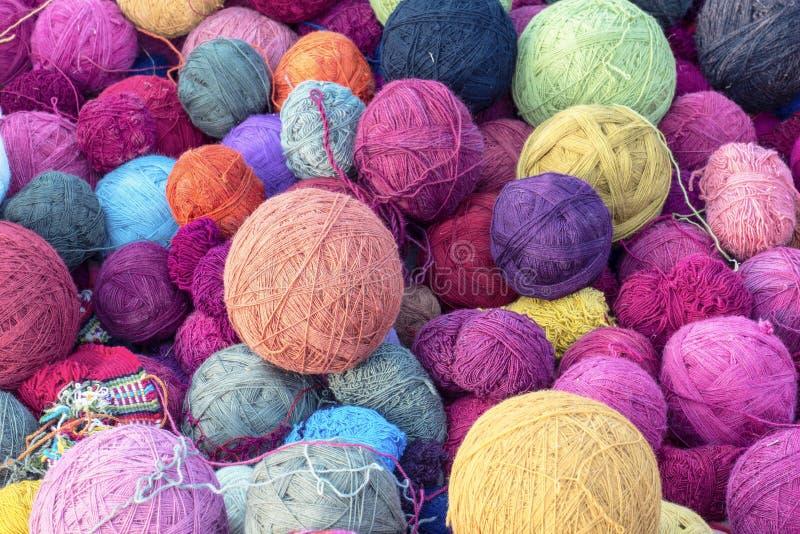 Bunte silk Bälle des Wollgarns für spinnende strickende Gewebe im cusco, Peru lizenzfreies stockbild